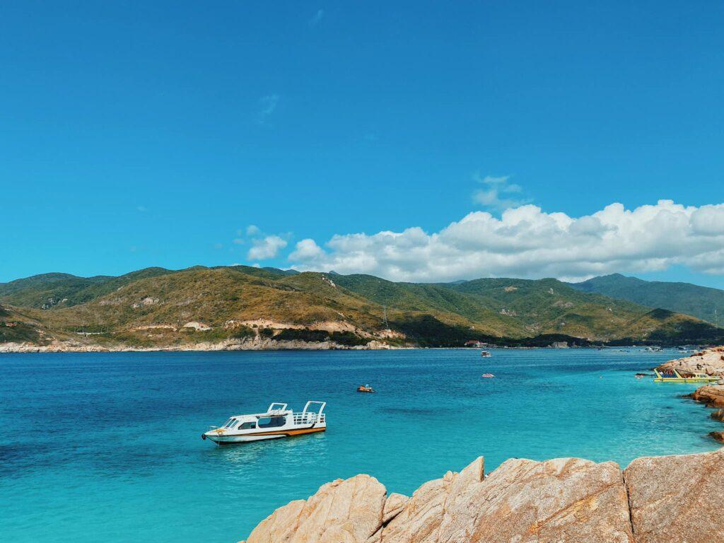 Đảo Bình Hưng nổi tiếng với đặc sản là Tôm hùm