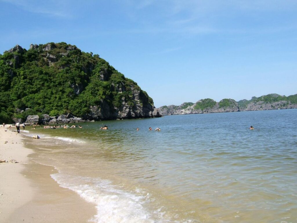 Bãi biển Tiên Sa sở hữu vẻ đẹp đơn sơ, mộc mạc và sóng vỗ khá nhẹ
