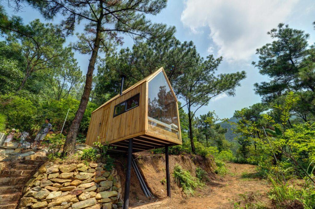 Bản Rõm tại Sóc Sơn khá gần Hà Nội, nơi đây có rừng thông xanh mướt đẹp mắt