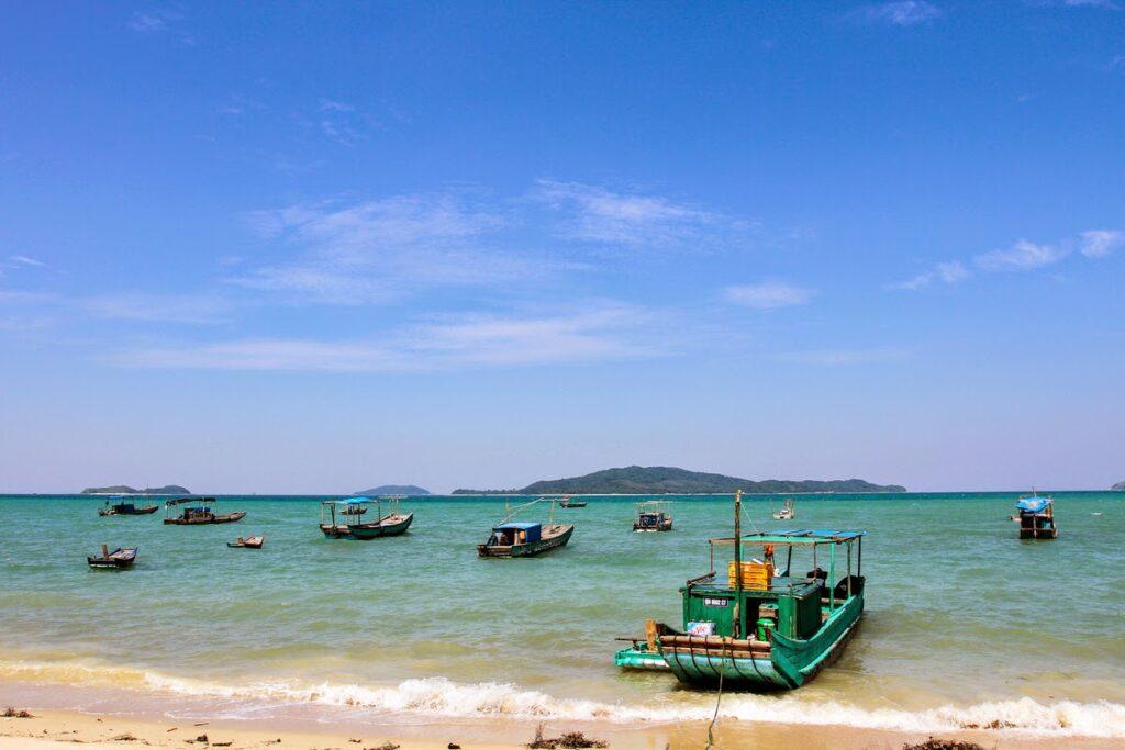 Hòn đảo Cô Tô sở hữu những bãi cát dài trắng mịn, gây ấn tượng ngay lần đầu tiên