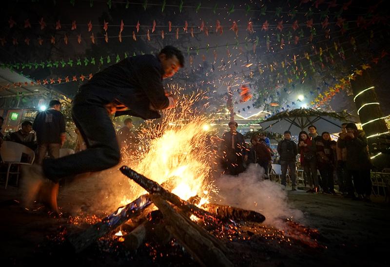 Nhảy vào lửa than bằng chân trần