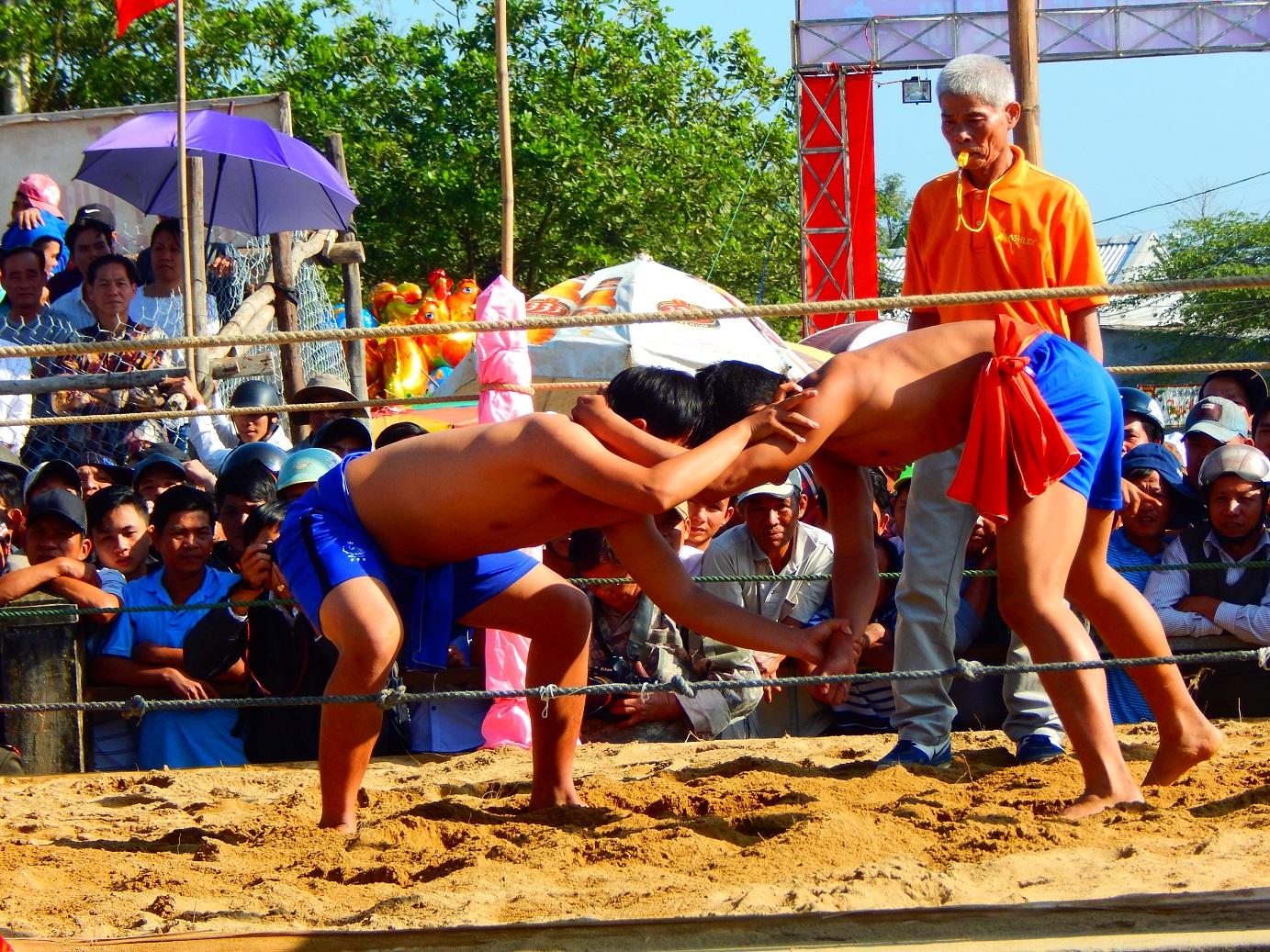 Ngày hội vật võ truyền thống làng Sình
