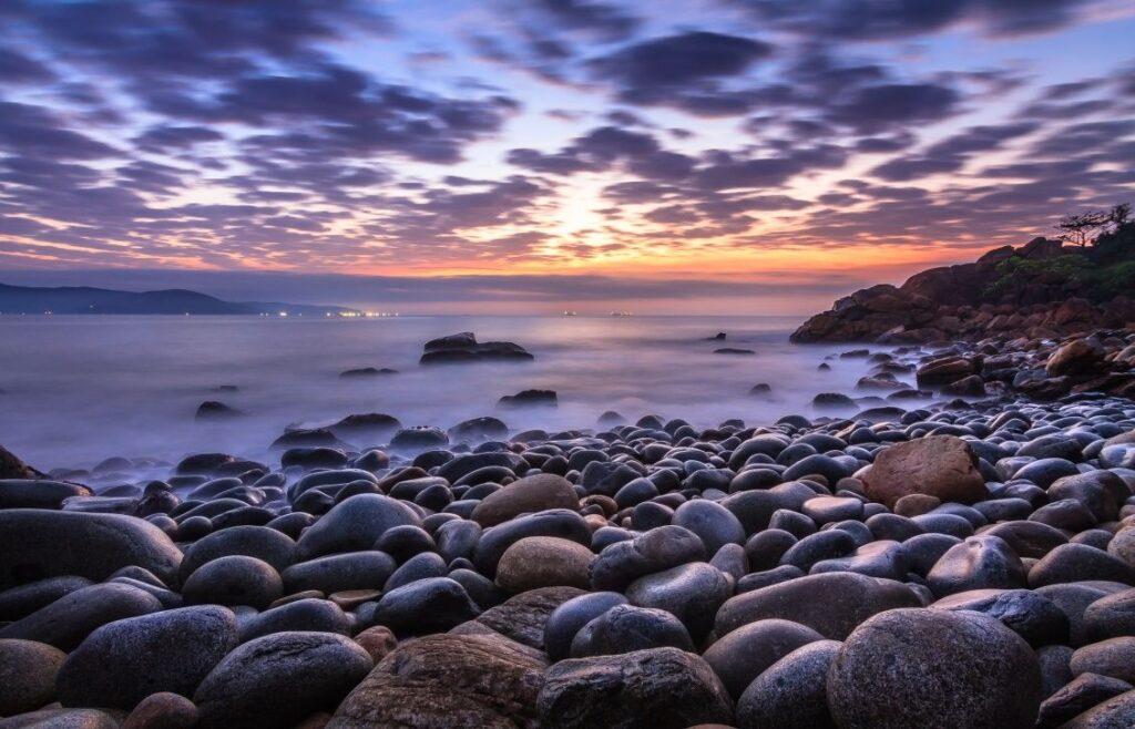 Bãi tắm Hoàng Hậu sở hữu vẻ đẹp hoang sơ, bí ẩn với những hòn đá tròn nhẵn