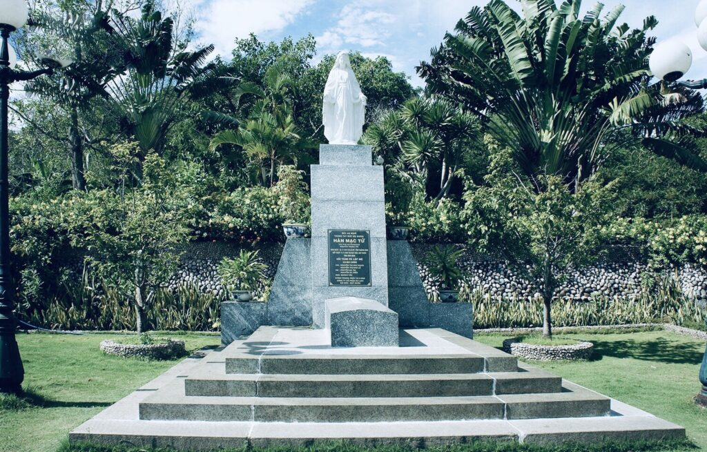 Ghé thăm mộ thi sĩ Hàn Mặc Tử là hoạt động được nhiều du khách lựa chọn