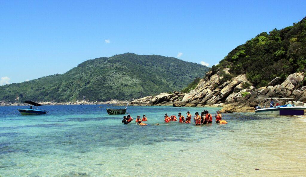Bãi tắm Tiên Sa vô cùng nổi tiếng với vẻ đẹp của làn nước trong xanh, sóng vỗ nhẹ