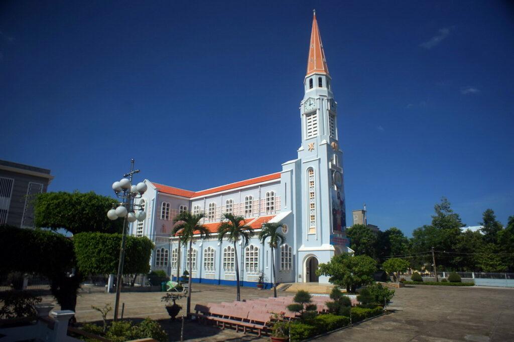 Nhà thờ Ghềnh Ráng có lịch sử lâu đời, là điểm du lịch được nhiều du khách lựa chọn