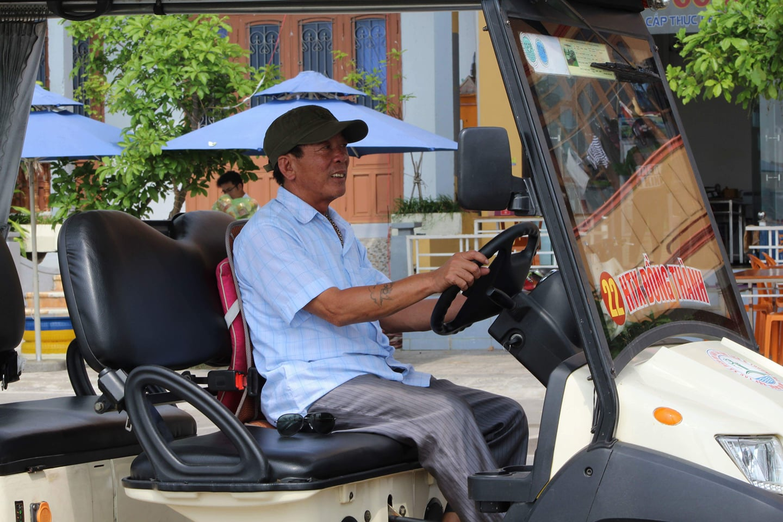Khám phá thành phố Quảng Bình bằng xe điện là hoạt động khá thú vị