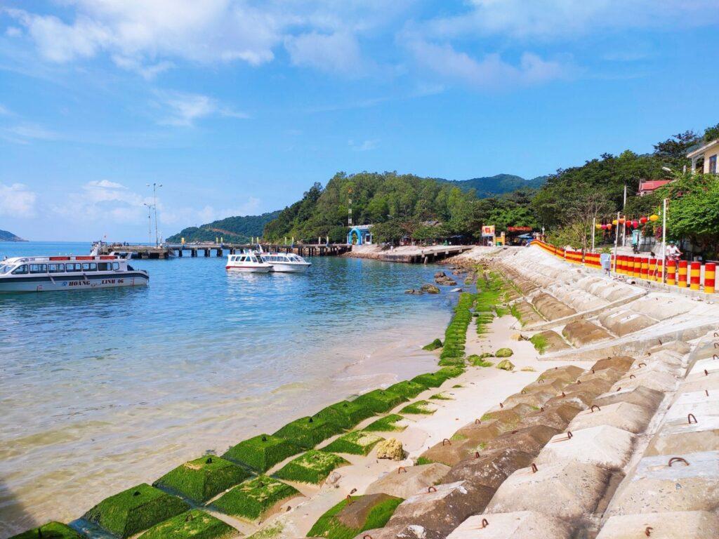Cầu cảng bãi Làng là địa danh bạn không thể bỏ qua khi đến với Cù Lao Chàm