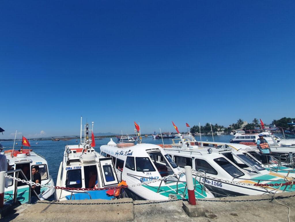 Mũi tàu cano tại Cù Lao Chàm là điểm check in phổ biến của các bạn trẻ