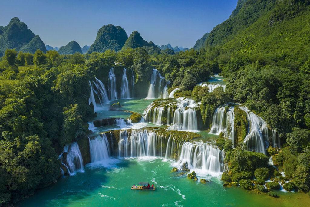 Thác Bản Giốc tại Cao Bằng vô cùng nổi tiếng, được nhiều du khách tìm đến