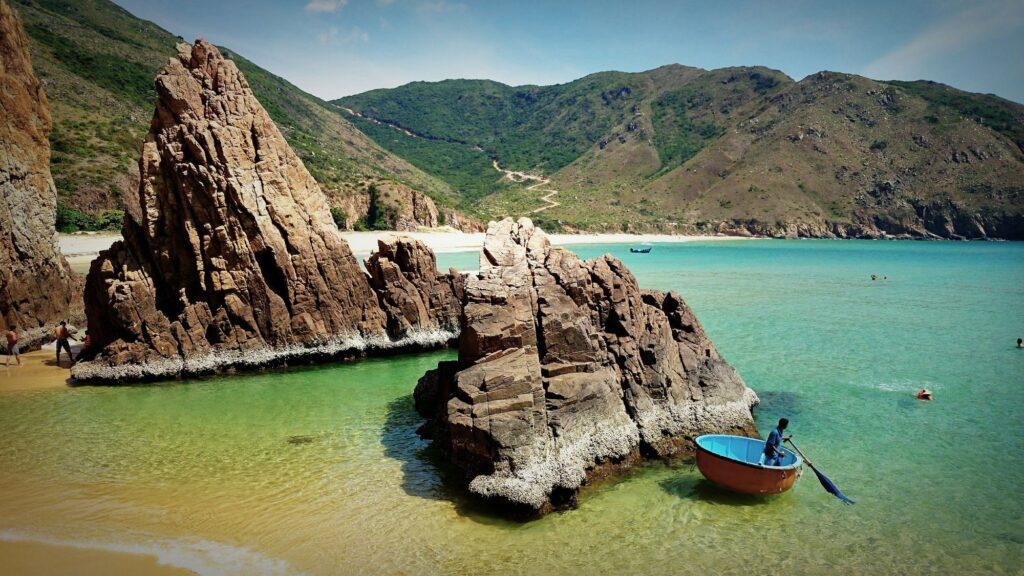 Bình Định sở hữu nhiều bãi biển đẹp hoang sơ, đủ sức thu hút sự quan tâm của du khách