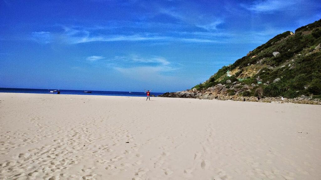 Những bãi tắm ở Phú Yên luôn ghi điểm bởi sự sạch sẽ cùng những bãi cát dài trắng mịn